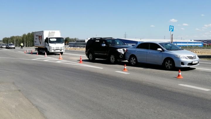 Грузовик столкнулся с Nissan, который отбросило на Toyota: на ЕКАД невнимательный водитель устроил тройное ДТП