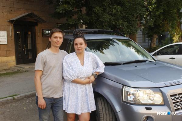 Светлана Чекушкина и Виталий Бетхер со своей машиной