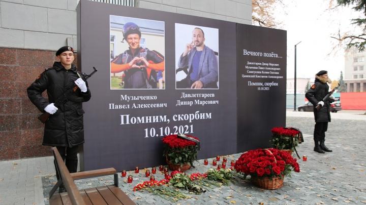 В Уфе на мемориал жертвам авиакатастрофы в Татарии поместили фото 2 парашютистов, а погибло 4. Почему?