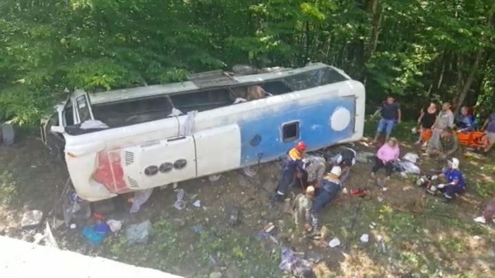 На Кубани перевернулся туристический автобус, один человек погиб
