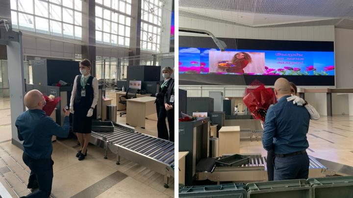 Сотруднице аэропорта ее молодой человек сделал оригинальное предложение руки и сердца на рабочем месте