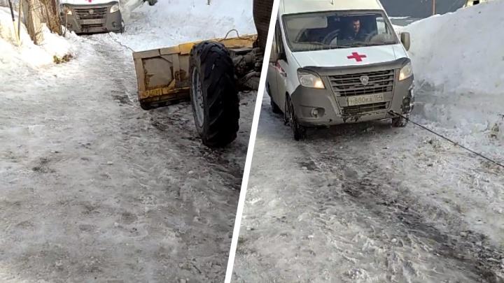 Вытаскивали два трактора: в частном секторе Новосибирска скорая помощь увязла в снегу