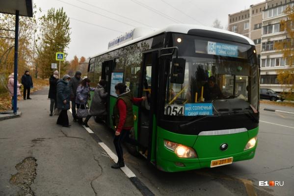 Автобус № 054 — самый частый гость на Синих Камнях. Он едет в центр прямиком к метро