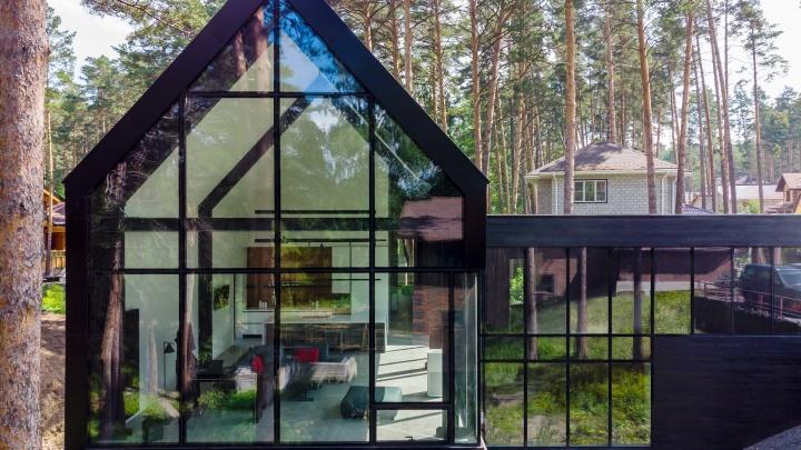 Крафтовый дом: стильный барнхаус с 15-метровым витражом впервые построили в Новосибирске