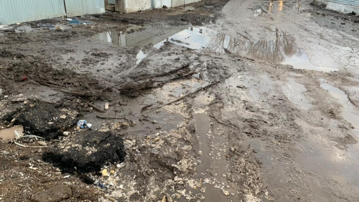 «Ходим по грязи, перепрыгивая через лужи»: как в Уфе живут новоселы, которых застройщик оставил без асфальта