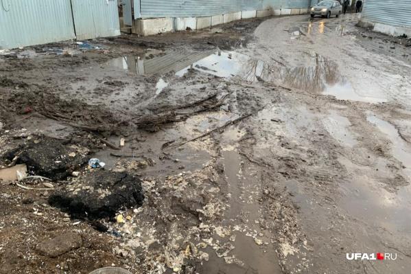 По словам местных жителей, дорога, ведущая к дому, находится в плачевном состоянии