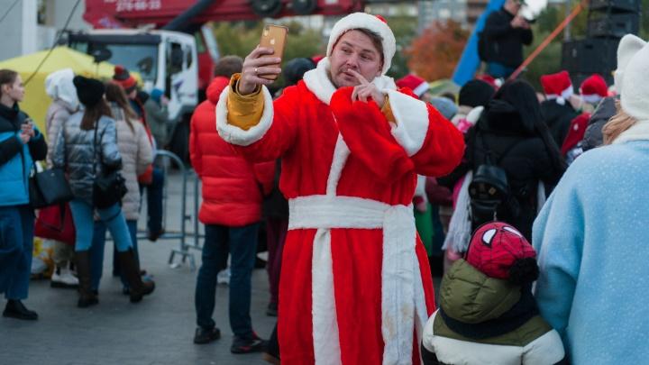 Деды Морозы, смешные шапки и куча мишуры: пермяки пришли на съемки фильма «Ёлки»