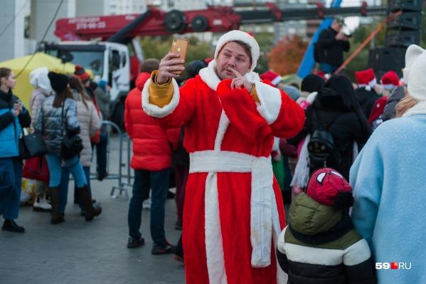 Дед Мороз селфится. А без бороды он потому, что еще рано — к зиме отрастет