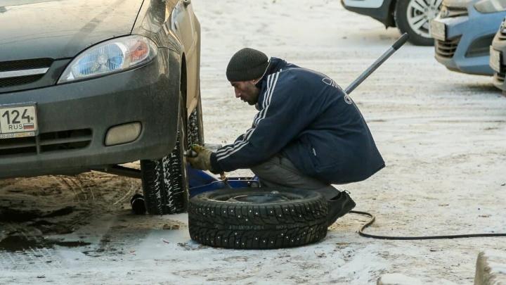 Красноярские водители выстроились в огромные очереди на шиномонтажки