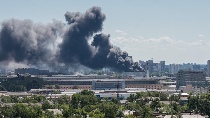 Во время мощного пожара в Екатеринбурге случился взрыв, момент попал на видео. Онлайн