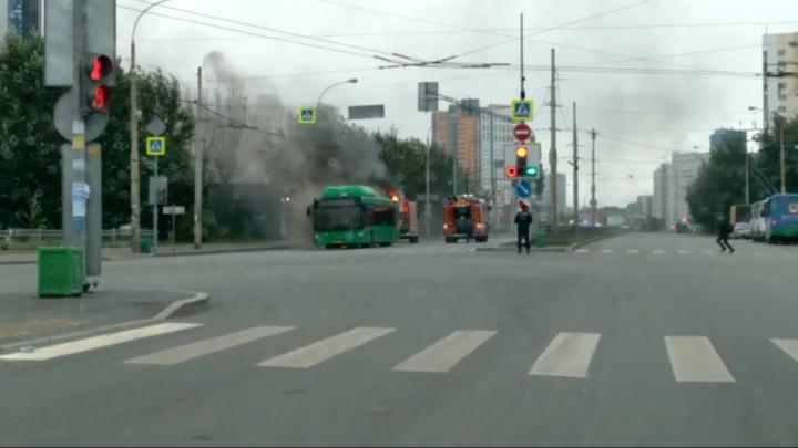 В Екатеринбурге на Уктусе загорелся пассажирский автобус
