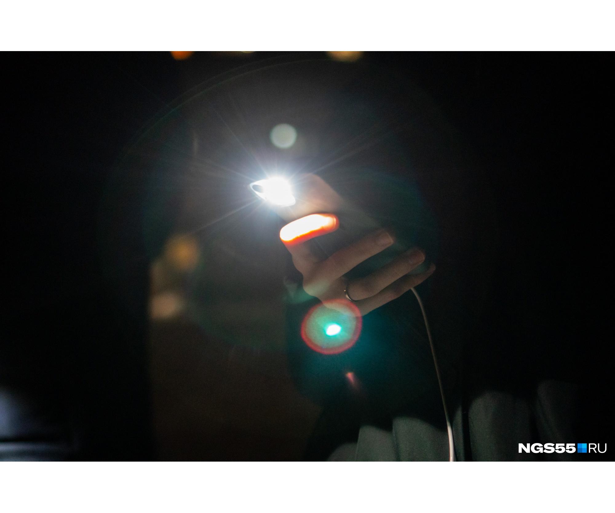 Некоторые прохожие неодобрительно бурчали, глядя на людей с фонариками