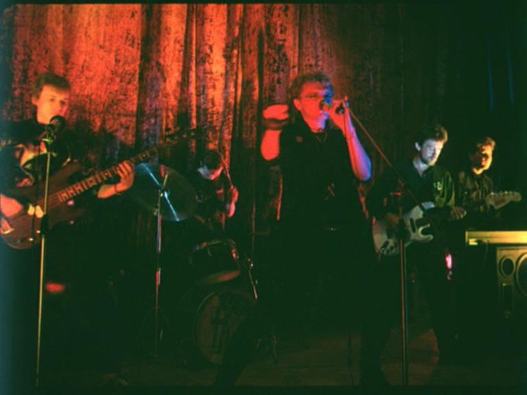 Константин Кинчев и группа «Алиса» на сцене Ленинградского рок-клуба. Кадр из фильма «Взломщик»