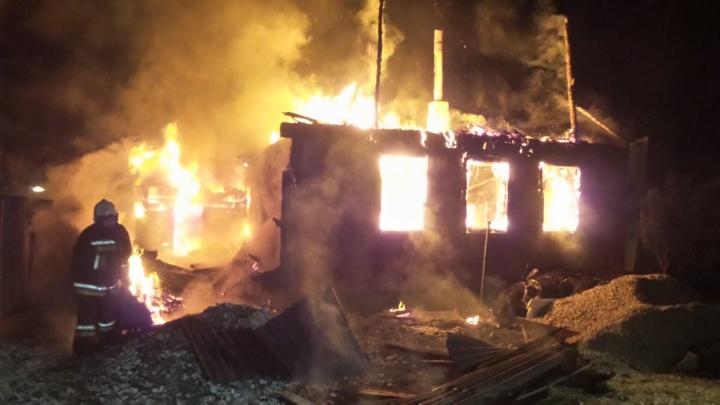 В свердловском СНТ сгорели два дома