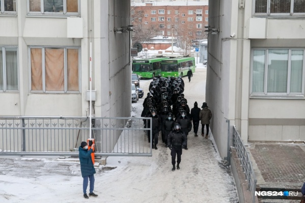 """В январе у здания мэрии сотрудники полиции собирались <nobr class=""""_"""">неоднократно —</nobr> <nobr class=""""_"""">из-за</nobr> протестной активности на улицах"""