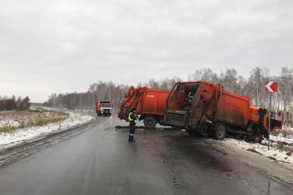 Мусоровозы столкнулись рядом с полигоном в Полетаево, куда свозят отходы из Челябинска