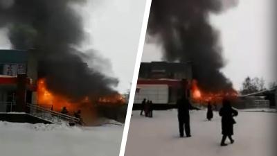 На Шлюзовой загорелось здание рядом с магазином разливного пива и супермаркетом— пожар попал на видео