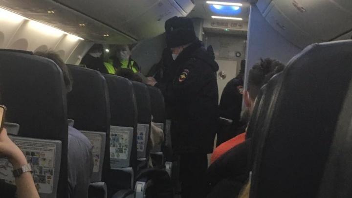 В Питере задержали самолет до Екатеринбурга из-за пассажира, который отказывался надевать маску