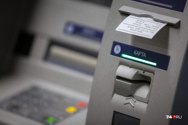 Находясь в торговом центре, сургутянка обналичила деньги и одной транзакцией перевела их мошенникам