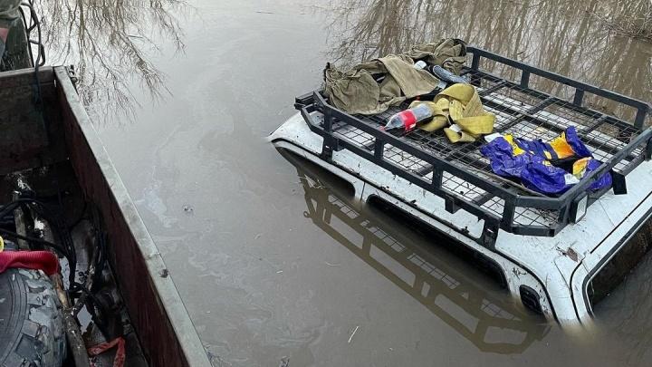 В Башкирии из-за половодья утонули ГАЗ-66 и Chevrolet Niva. Водители сняли на видео, как ждут эвакуации накрышах