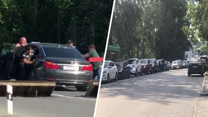 В Екатеринбурге десять мужиков вытолкали застрявшую на железнодорожных путях BMW