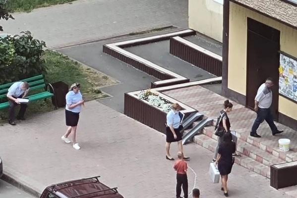 Как сообщают очевидцы, три девушки вышли из дома с окровавленными руками