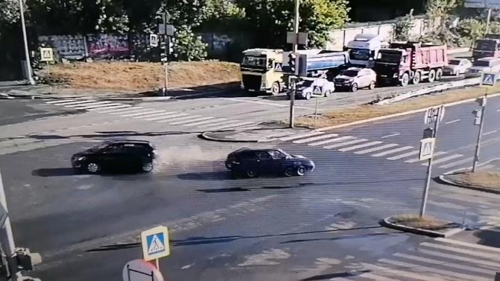 Возле «Леруа Мерлен» лихач на Lada столкнулся с KIA: впечатляющее видео