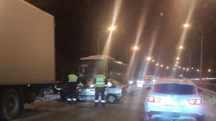 «Машина всмятку»: на Южном мосту ВАЗ-2114 залетел под грузовик