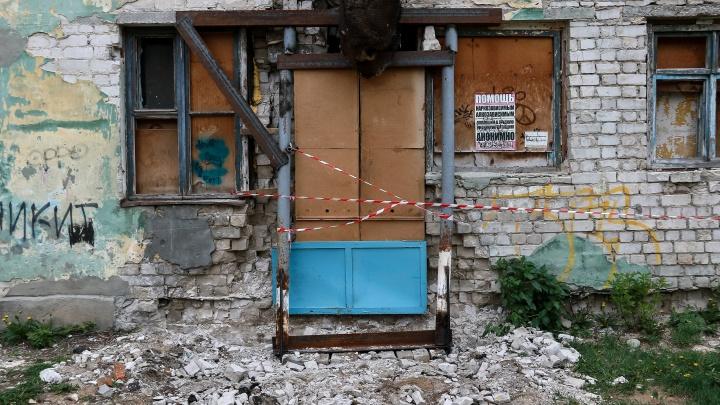 «В третий раз, наверное, провалимся»: о чем мечтают люди в доме, где обвалилась стена, а власти починили ее фанерой