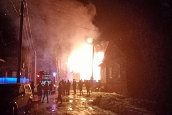 Пожар начался около полуночи