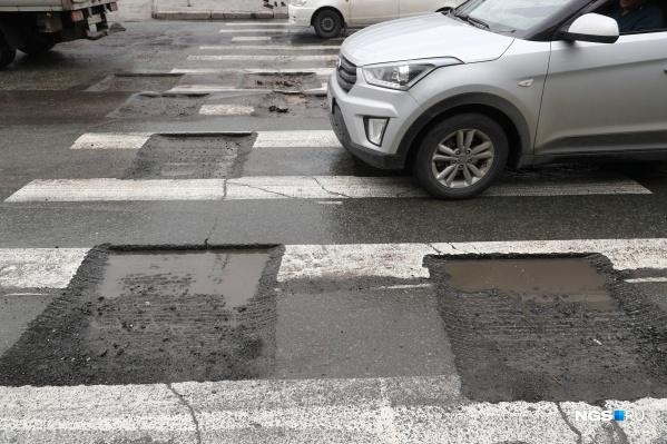 Ямы наполняются водой во время дождя, а нижние слои покрытия разрушаются