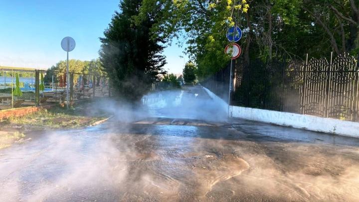 «У Центрального пляжа горячо»: на набережной Тухачевского прорвало трубу с горячей водой