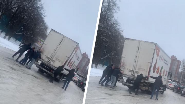 Чистый лед: в Ярославле мужики вручную прокатили грузовик по обледенелой дороге
