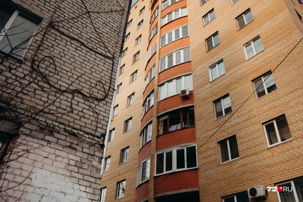 """Ребенок оказался на балконе и упал с высоты <nobr class=""""_"""">4-го этажа</nobr>"""