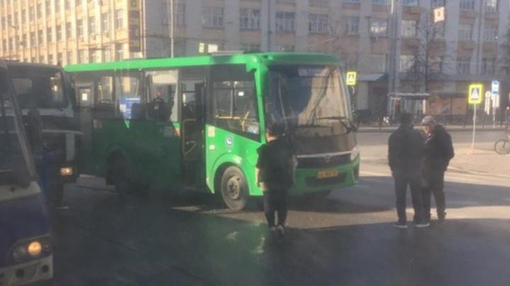 «Окно высыпалось на пассажиров»: в центре Екатеринбурга маршрутка попала в аварию
