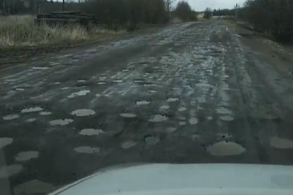 Житель Ярославля показал дорогу, состоящую из одних дыр