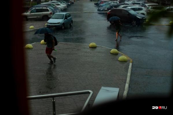Вот тут люди уже бегут — спасаются от дождя