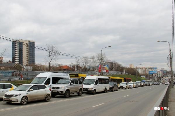 Чтобы пробки были меньше, водителям рекомендуют заранее обдумывать пути объезда
