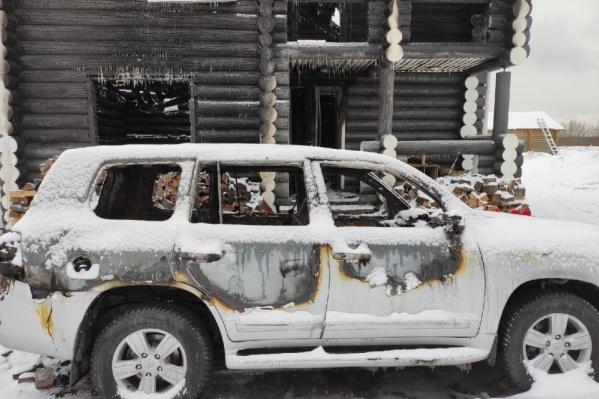 Огонь не затронул дрова у здания, зато повредил автомобиль