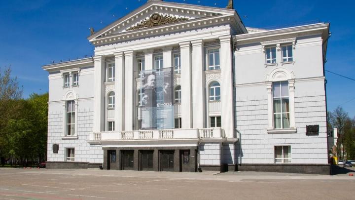Он снимал комедийное шоу с Гудковым и ставил спектакль со Шнуровым: Василий Бархатов покажет «Фауста» в пермской опере