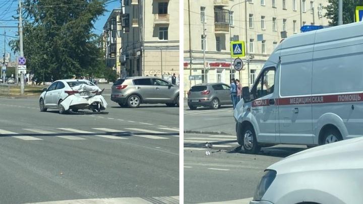 На Уралмаше в жесткую аварию попала машина скорой помощи