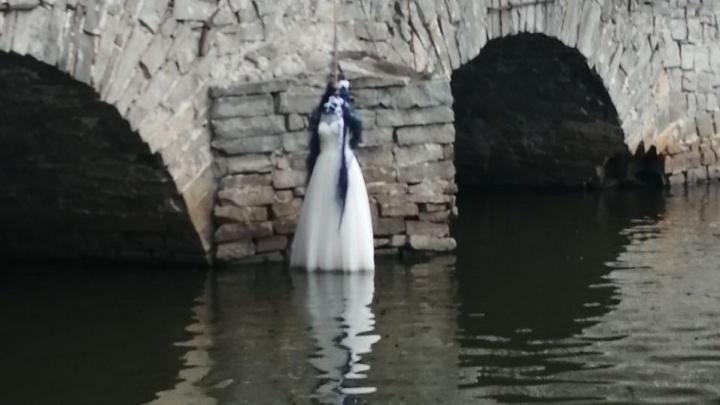 В Екатеринбурге на мосту на Малышева повесили «невесту»