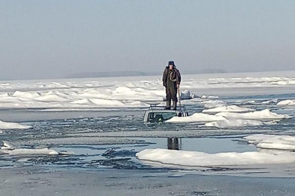 Фото мужчины, стоящего на крыше утонувшего автомобиля посреди Новосибирского водохранилища, появилось в паблике «Рыбалка в Новосибирске» утром
