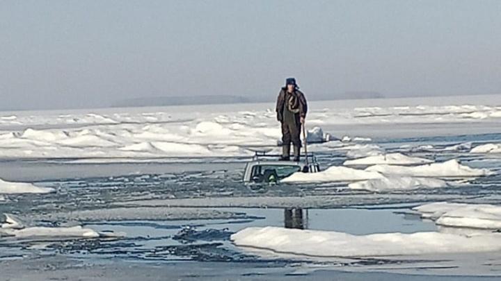 На Обском море тонкий лед не выдержал автомобиль— машина ушла подводу