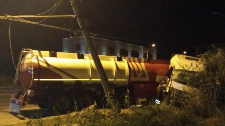 «Повернулся за салфетками»: в Волгограде столкнулись бензовоз и тяжелый самосвал