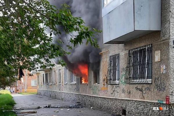 Квартира охвачена открытым пламенем