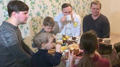 Военному из Ярославской области, ходившему на службу с ребенком, подарили 4-комнатную квартиру