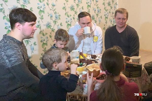 Представители «Совета отцов» сразу после переезда семьи Третьяковых остались на чаепитие в честь новоселья