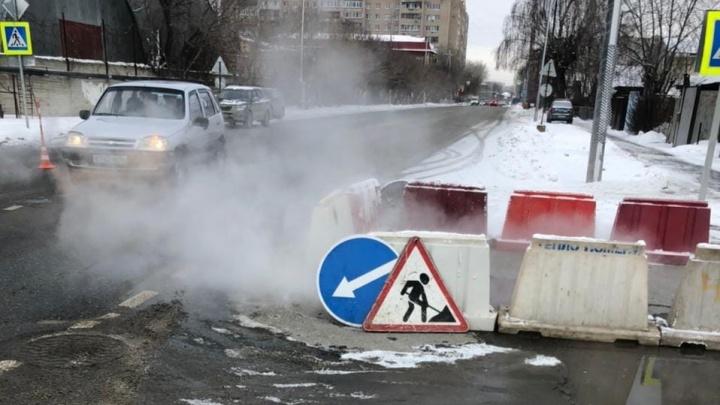 На Самарцева внедорожник снес ограждение и сбил трех рабочих коммунальной компании