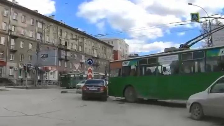 Разбор ДТП: упрямый троллейбус не пустил и ударил «Солярис» на кольце (видео + схема)